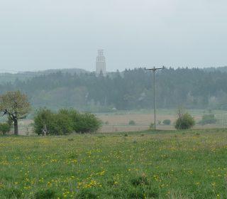 Blick aus dem Weimarer Umland auf die Denkmallandschaft des Ettersberges mit dem Glockenturm der Mahnmalanlage Buchenwald.