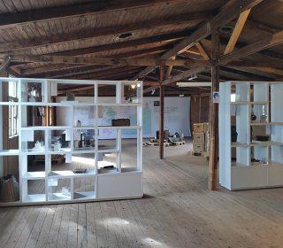 """Blick in die Ausstellung """"Dinge unserer Nachbarn geborgen… Funde aus dem Kriegs-gefangenenlager Zeithain"""", die gemeinsam mit Iris Engelmann und Carola Ilian erarbeitet und realisiert wurde. 2020"""